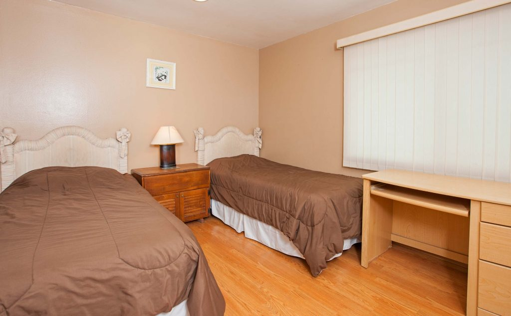 bedroom, two twin beds